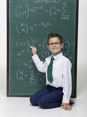 Junge sitzt vor der Tafel, Portrait