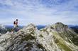 Österreich, Salzburger Land, junge Menschen wandern