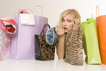 Blonde Frau mit Einkaufstüten, Portrait
