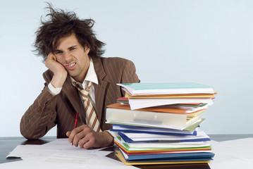 Geschäftsmann sitzt am Schreibtisch mit Dokumenten
