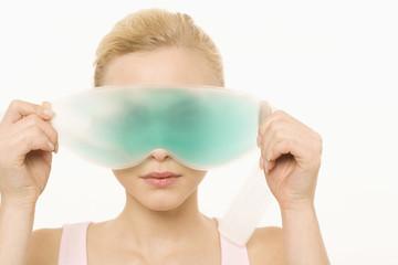 Junge Frau, mit Gel-Augenmaske, Portrait