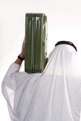 Mann trägt traditionelle arabische Kleidung, trägt Benzinkanister