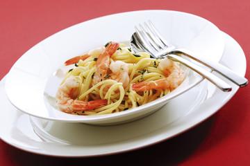 Spaghetti mit Garnelen auf dem Teller