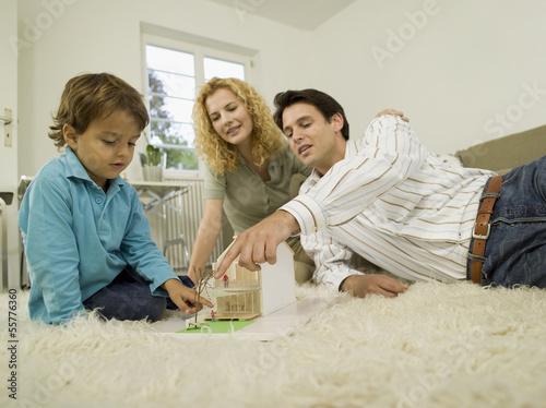 Junge Familie im Wohnzimmer