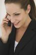 Geschäftsfrau mit Handy, Portrait, Nahaufnahme