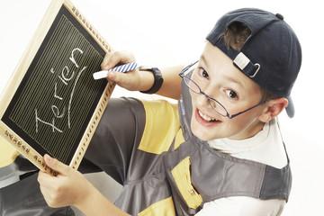 Junge schriftlich auf Tafel
