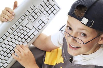 Junge mit Tastatur