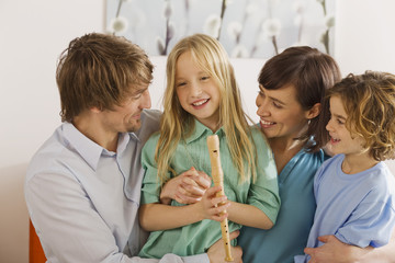 Familie im Wohnzimmer, Portrait