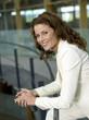 Unternehmerin lehnt am Geländer, Seitenansicht, Portrait, Nahaufnahme