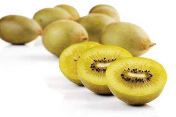 Ganze und halbierte Kiwi-Früchte, Nahaufnahme