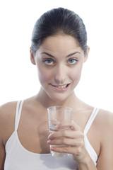 Junge Frau mit Glas Wasser, die Lippe beißend, Portrait, Nahaufnahme