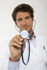 Arzt hält Stethoskop, Nahaufnahme, Portrait