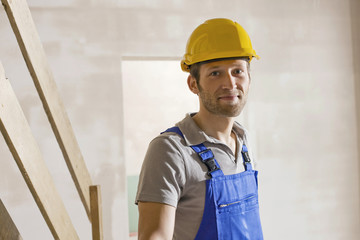 Bauarbeiter auf der Baustelle, lächelnd, Porträt