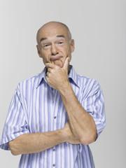 Portrait eines älteren Mannes, die Hand am Kinn, Nahaufnahme