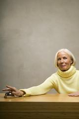 Ältere Frau klingelt, lächelnd
