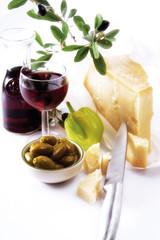 Italienischer Käse, Rotwein und Oliven