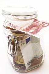 Glas mit Euro-Banknoten gefüllt
