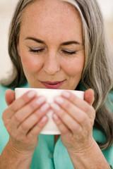 Frau trinkt Tee, Portrait