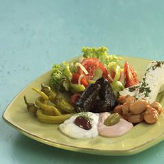 Griechischen Vorspeisen, Feta-Käse, Taramas, Tsatsiki und eingelegtes Gemüse