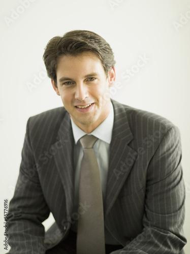 Junger Geschäftsmann lächelnd, Porträt