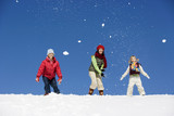 Österreich, Mädchen spielen im Schnee