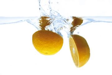 Orangen ins Wasser fallen, Wasser spritzt