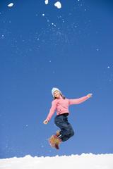 Österreich, Mädchen Springen im Schnee