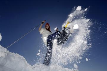 Frau mit Schneeschuhen, Springen