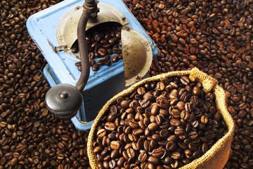 Kaffeebohnen und Kaffeemühle