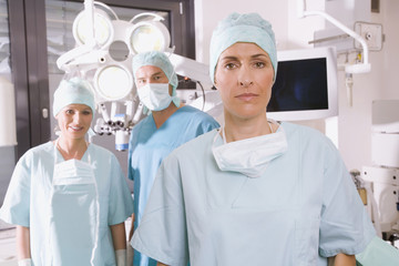 Chirurgie-Team in OP-Saal