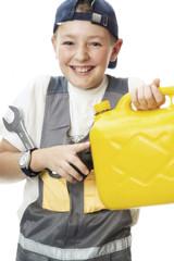Junge hält Benzinkanister