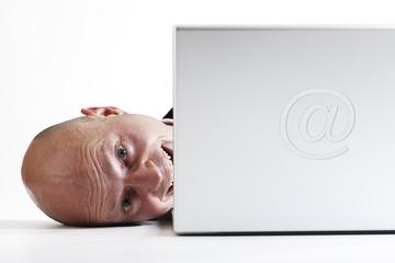 Mann liegt neben Laptop, Nahaufnahme