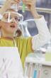 Mädchen tragen Schutzbrillen, hält Reagenzglas