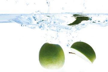 Grüne Äpfel in Wasser