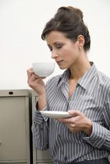 Frau hält Tasse Tee, die Augen geschlossen, Nahaufnahme