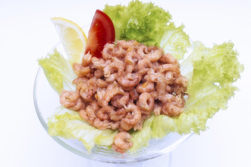 Nordsee-Garnelen in einer Schüssel mit Salat