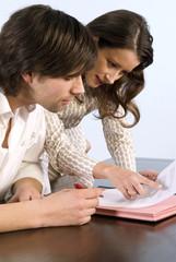 Geschäftsmann und Gecshäftsfrau schauen in Dokumente