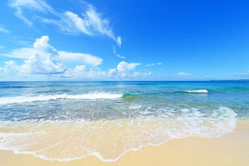 沖縄の美しいビーチに打ち寄せる波