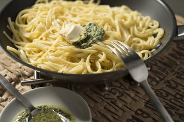 Spaghetti con albahaca, ajo y mantequilla