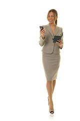Südamerikanische Geschäftsfrau mit Terminplaner und Smartphone