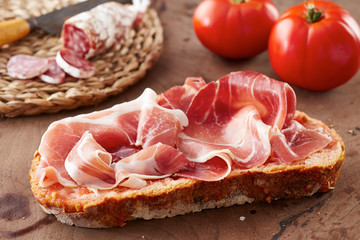 Bread with tomato and ham