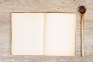 Altes Papier in einem Buch mit Kochlöffel