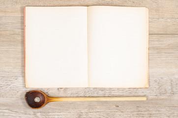 Altes Papier von einem Buch mit Kochlöffel und Textfreiraum