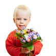 Kleines Kind schenkt Blumen