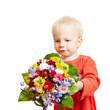 Kind überreicht Blumenstrauß als Gratulation