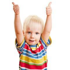 Zufriedenes Kind hält beide Daumen hoch