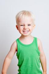 Kind zeigt drohend die Zähne