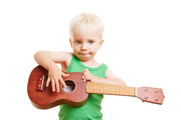 Kleinkind lernt Gitarre spielen