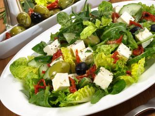 Salat mit Feta-Käse und Oliven