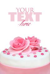 Torta con rose di zucchero su fondo bianco